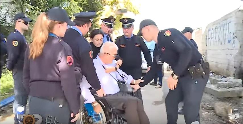Policia tregon forcën me invalidët