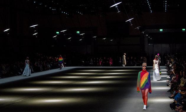 Kompanitë e modës djegin stoqet e rrobave për të mos ua dhënë të varfërve